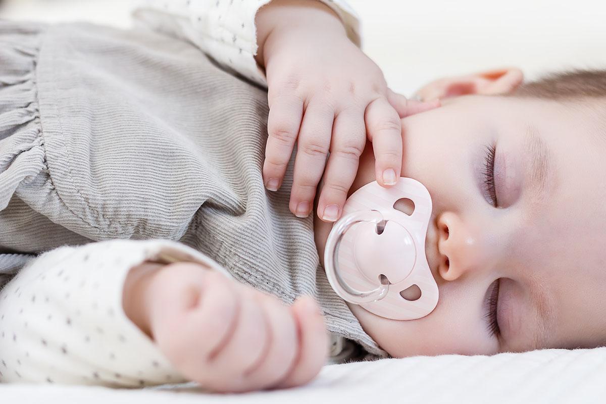 Śpiące dziecko ze smoczkiem